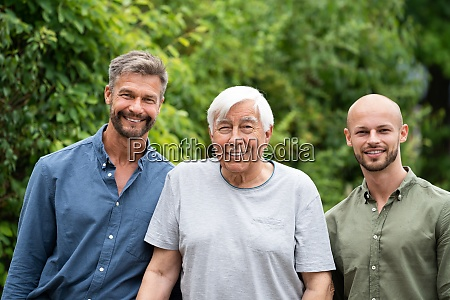 drei generationen maenner familienportraits