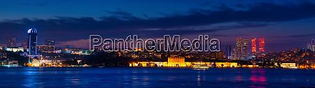 hochhaeuser von istanbul bei nacht