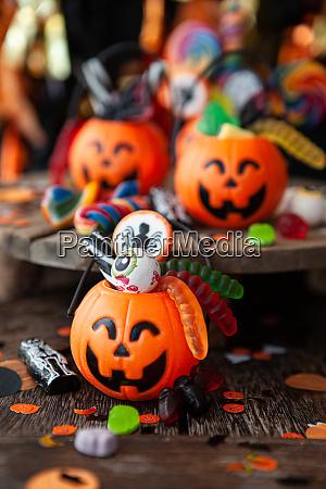 bunte halloween suessigkeiten