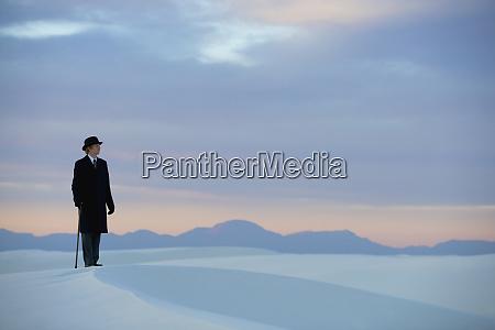 mann, im, schwarzen, mantel, und, anzug - 28725468