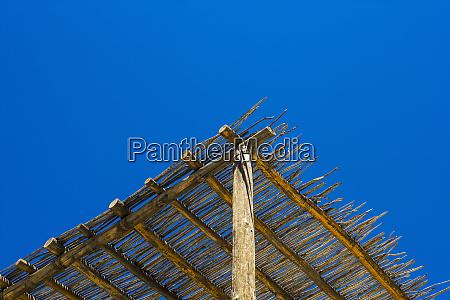 niedriger winkelblick ein hoelzernes cabana dach
