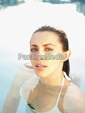 kaukasierin geniesst schwimmbad