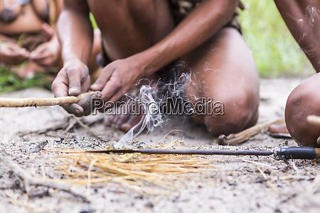 nahaufnahme, von, bushman, der, feuer, verursacht, botswana - 28729600