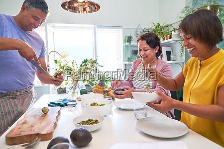 reife freunde kochen in der kueche