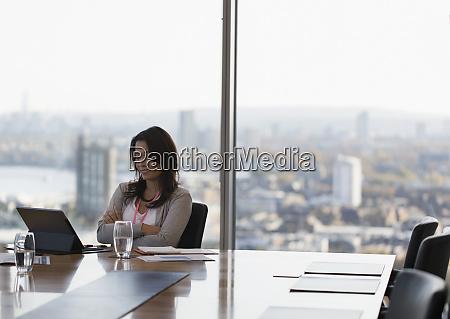 geschaeftsfrau mit digitalem tablet im hochhaus