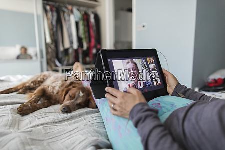 frau mit digitalem tablet video chat