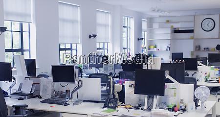computer auf schreibtischen im grossraumbuero