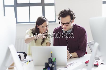 designer brainstorming am laptop im buero