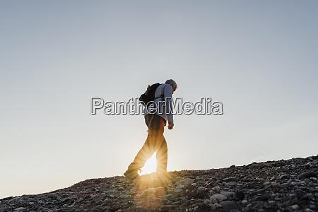 sonnenstrahl durch aktiven senior mann wandern