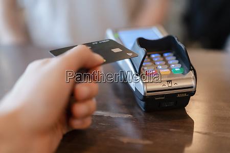 mann zahlt mit kreditkarte im restaurant