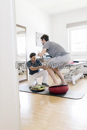 physiotherapeut, hilft, patienten, üben, auf, balance-trainer - 28743019