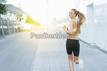 frau joggt in der stadt und
