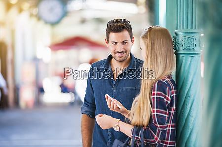 junges paar im gespraech
