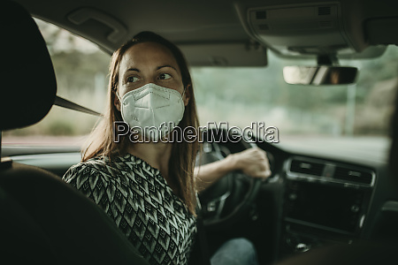 mittlere erwachsene frau mit schutzmaske im