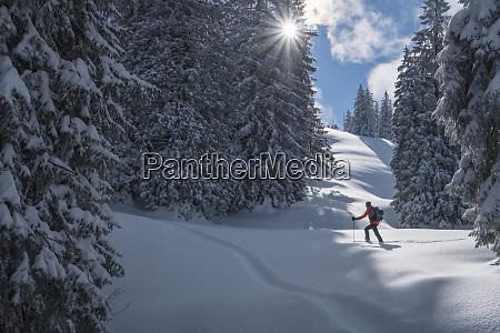 mann bei skitour inzell kienberg deutschland