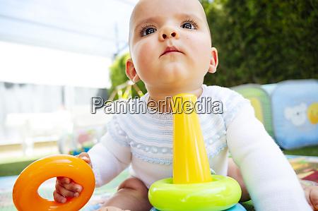nahaufnahme von niedlichen baby junge spielen