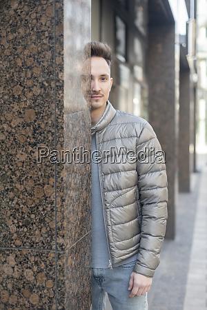 deutschland dortmund portraet eines jungen mannes