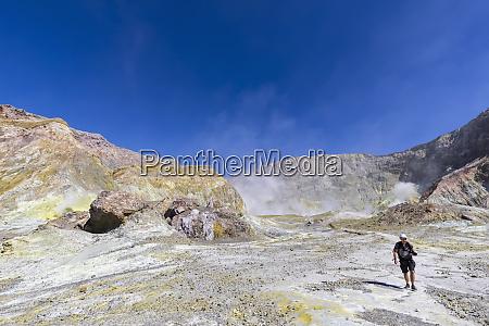 neuseeland nordinsel whakatane maennliche backpacker wanderung