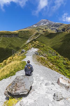 neuseeland maennlicher wanderer der die umliegende