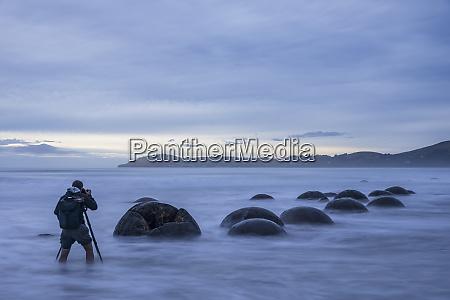 neuseeland, ozeanien, südinsel, südland, hampden, otago, moeraki, koekohe, beach, moeraki, boulders, beach, moeraki, boulders, mann, fotografiert - 28749700