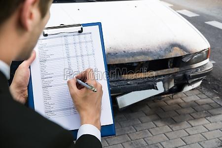 versicherungsagent untersucht auto