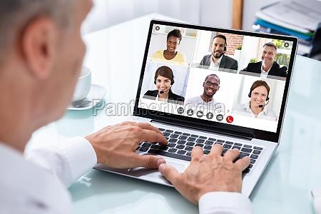 geschaeftsmann videokonferenzen mit arzt auf laptop