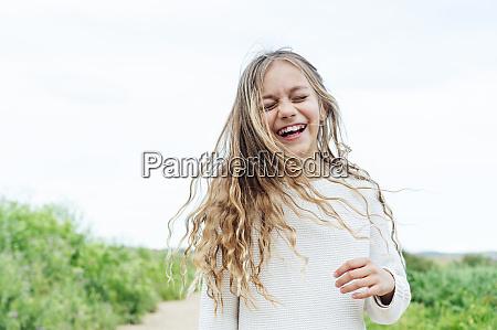 unbekuemmert blonde maedchen stehen mit augen