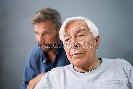 alter senior mann mit alzheimer immer