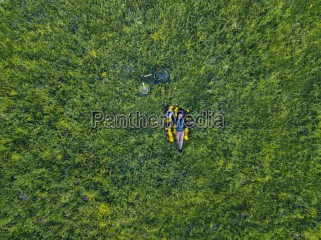 mann auf gras liegend luftbild