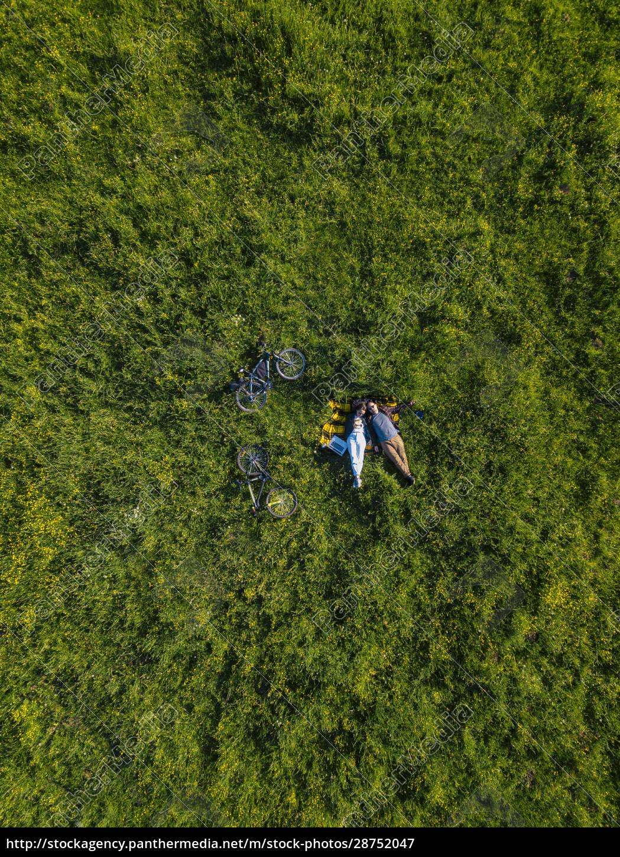 paar, auf, gras, liegend, luftbild - 28752047