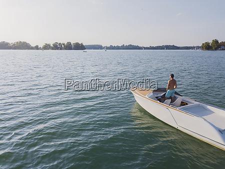 deutschland bayern hemdloser mann auf motorboot