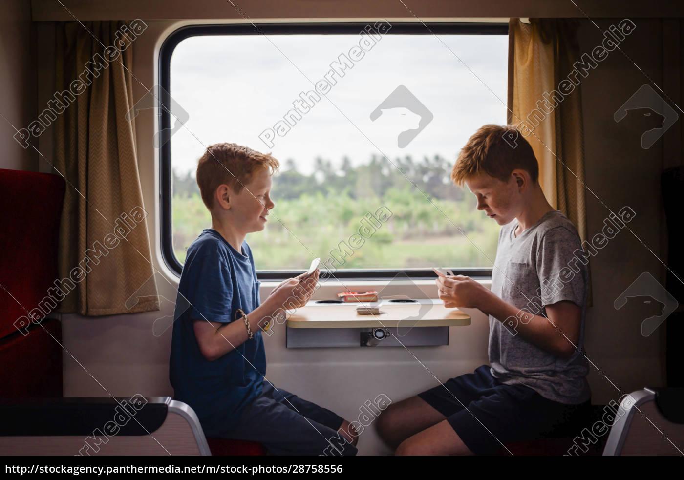 seitenansicht, von, jungen, die, karten, spielen, während, sie - 28758556