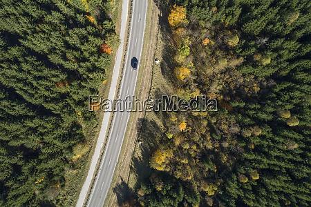 deutschland, baden-württemberg, drohnenansicht, des, autobahnschnitts, durch, den, herbstwald - 28759713