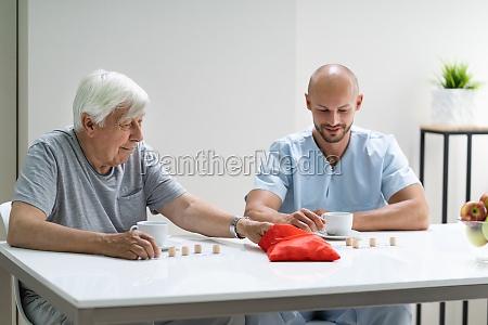 AEltere senior spielen lotto mit betreuer