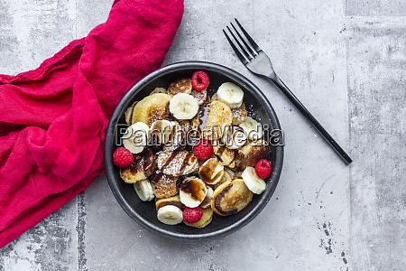 schuessel mit hausgemachten mini pfannkuchen mit