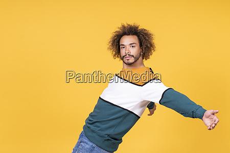 cooler junger mann mit lockigen haaren