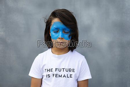portraet eines jungen mit bemalter blauer