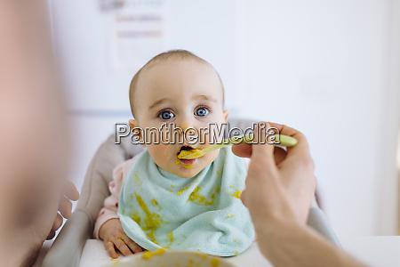 vater mit baby in hohen haaren