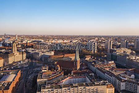 deutschland berlin luftaufnahme der nikolaikirche und