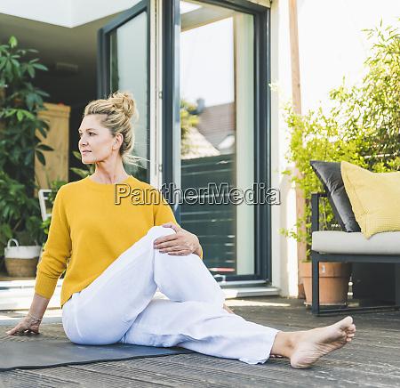 reife frau macht yoga UEbung auf
