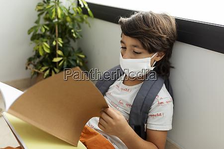 nahaufnahme des jungen traegt maske lesen