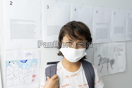 nahaufnahme des jungen traegt maske stehend