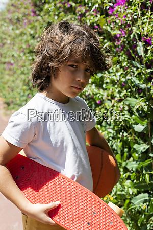 nahaufnahme von jungen mit basketball und