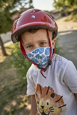 nahaufnahme des jungen traegt maske und