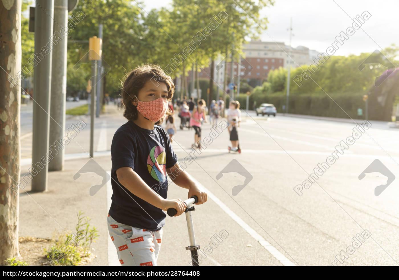 porträt, von, jungen, tragen, schutzmaske, reiten - 28764408