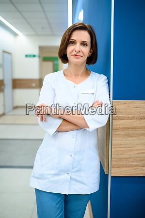 AErztin steht im klinikflur