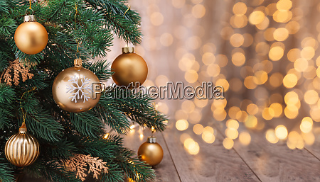 weihnachtsdekoration mit kugeln und weihnachtsbaum