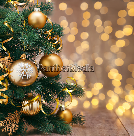 weihnachtsdekoration mit baellen und baendern