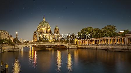 die beruehmte berliner kathedrale bei nacht