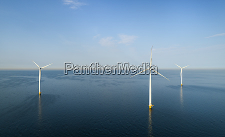 windkraftanlagen am fruehen morgen flevoland niederlande